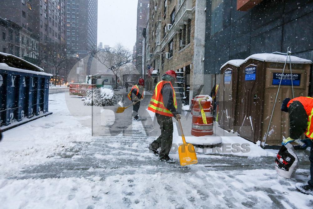 NEW YORK, NY, 07.01.2017 - INVERNO-NEW YORK - Movimentação no bairro Upper East Side na Ilha de Manhattan em New York, neste sábado, 07. Este é o primeiro dia de neve na cidade no ano. (Foto: Vanessa Carvalho/Brazil Photo Press)
