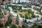 Pantin, département de la Seine-Saint-Denis (93), Les Courtillières, contrast of sirpintine appartments and surrounding midrise apprartment buildings.