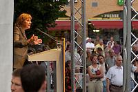 16 AUG 2004, HENNIGSDORF/GERMANY:<br /> Angela Merkel, CDU Bundesvorsitzende, waehrend ihrer Rede, Wahlkampfveranstaltung zur Landtagswahl in Brandenburg, Postplatz, Hennigsdorf<br /> IMAGE: 20040816-01-046<br /> KEYWORDS: Zuhoerer, Zuhörer, speech