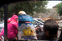 Children sell newspapers and magazines to New Delhi automobilists and their passengers, India.<br /> <br /> Enfants vendant journaux et magazines aux automobilistes a New Delhi, Inde.