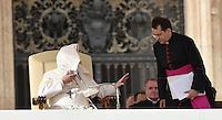 Rom, Vatikan 05.11.2014 Papst Franziskus I. (li) weht es seine Soutane bei der woechentlichen Generalaudienz auf dem Petersplatz ins Gesicht