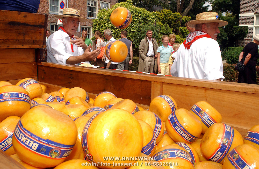 NLD/Weesp/20050702 -Herengracht Weesp, ouderwetse Edammer kaasmarkt, kar