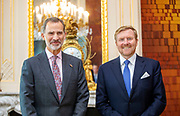 De Spaanse koning Felipe wordt in paleis Huis ten Bosch voor een lunch ontvangen door koning Willem-Alexander. <br /> <br /> The Spanish king Felipe is received by King Willem-Alexander for a lunch at Huis ten Bosch Palace.