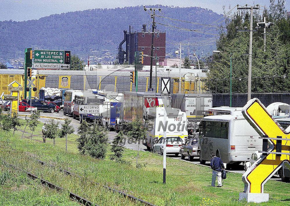 Toluca, Méx.- Conflictos viales en la vialidad lateral de la carretera México Toluca durante las maniobras del Ferrocarril en el acceso de la empresa Chrysler. Agencia MVT / Esteban Fabian