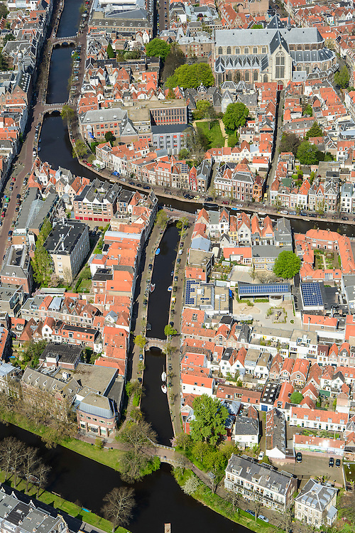 Nederland, Zuid-Holland, Leiden, 09-04-2014; centrum Leiden met linksonder in beeld Vliet, Douzastraat. Water Rapenburg in het midden, Pieterskerk. Schoolplein basisschool met zonnepanelen.<br /> Old town and heart of the city of Leiden with old church (Pieterskerk) and canals.<br /> luchtfoto (toeslag op standard tarieven);<br /> aerial photo (additional fee required);<br /> copyright foto/photo Siebe Swart