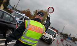 14.10.2015, Grenzübergang Freilassing - Salzburg, GER, Flüchtlingskrise in der EU, im Bild Grenzkontrolle der Polizei bei ankommenden Fahrzeugen aus Österreich // incoming cars from Austria at the Border control of the German police, German - Austrian Border, Freilassing, Germany on 2015/10/14. EXPA Pictures © 2015, PhotoCredit: EXPA/ JFK