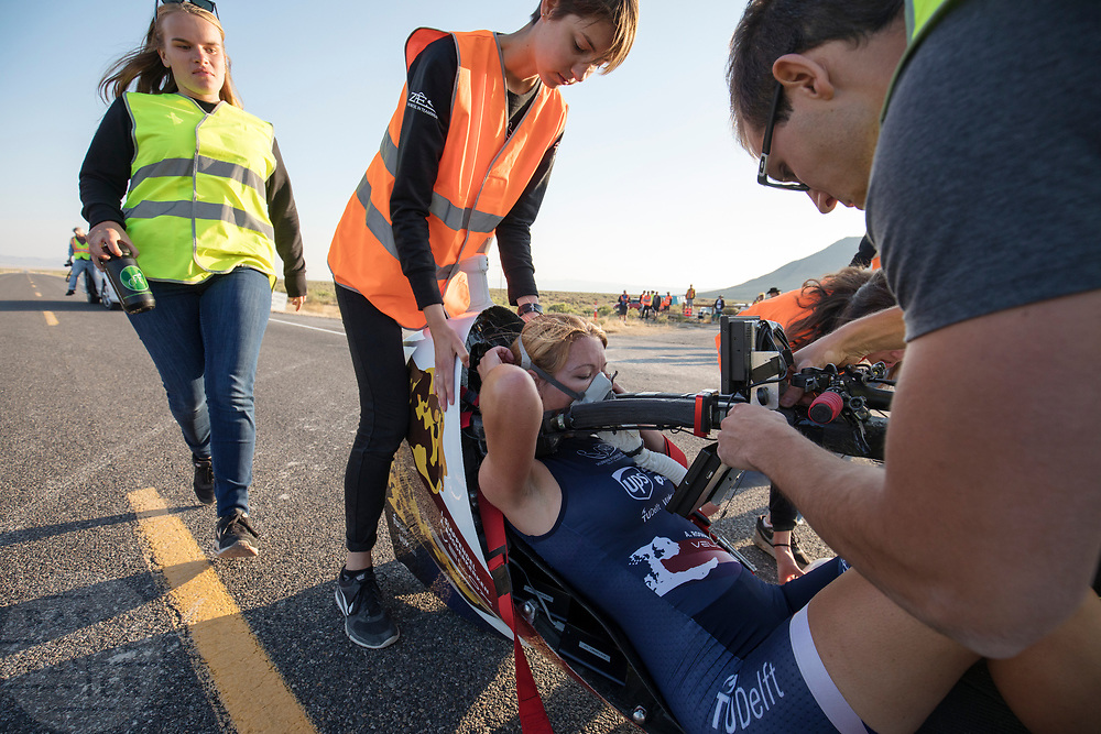 Aniek Rooderkerken stapt uit de Velox 7 tijdens de vijfde racedag. Het Human Power Team Delft en Amsterdam, dat bestaat uit studenten van de TU Delft en de VU Amsterdam, is in Amerika om tijdens de World Human Powered Speed Challenge in Nevada een poging te doen het wereldrecord snelfietsen voor vrouwen te verbreken met de VeloX 7, een gestroomlijnde ligfiets. Het record is met 121,81 km/h sinds 2010 in handen van de Francaise Barbara Buatois. De Canadees Todd Reichert is de snelste man met 144,17 km/h sinds 2016.<br /> <br /> With the VeloX 7, a special recumbent bike, the Human Power Team Delft and Amsterdam, consisting of students of the TU Delft and the VU Amsterdam, wants to set a new woman's world record cycling in September at the World Human Powered Speed Challenge in Nevada. The current speed record is 121,81 km/h, set in 2010 by Barbara Buatois. The fastest man is Todd Reichert with 144,17 km/h.