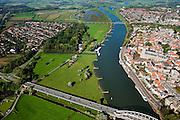 Nederland, Overijssel, Gemeente Deventer, 03-10-2010; zicht op de oostoever van de IJssel tegenoever het stadsfront. Op deze lokatie is een hoogwatergeul gepland, die begint voor de boogbrug en die loopt langs en/of door De Worp naar de spoorbrug (boven in beeld)..View on the east bank of the river IJssel with the the urban front. At this location a flood channel is planned, starting before the arch bridge and continuing to the railway bridge..luchtfoto (toeslag), aerial photo (additional fee required).foto/photo Siebe Swart
