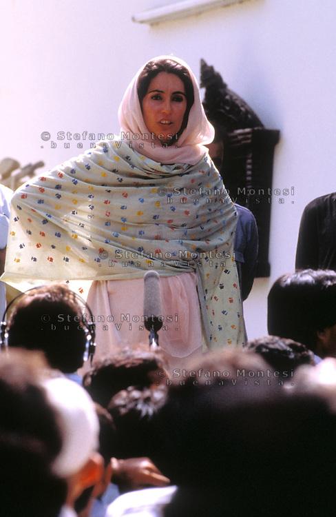 Karachi, Pakistan  1986.Benazir Bhutto (1953-2007) nella sua casa di Karaci dopo che è uscita di prigione, intervistata  dai giornalisti.Benazir Bhutto (1953-2007) at his house in Karachi after it is released from jail, interviewed by journalists.