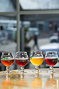 Sur&ouml;ls 'flight', flera sm&aring; glas av &ouml;l f&ouml;r provsmakning, p&aring; Cascade Brewings krog The Barrel House i Portland, Oregon. <br /> Foto: Christina Sj&ouml;gren
