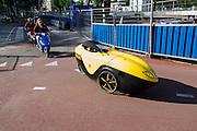 In Utrecht rijdt een man in een Flevobike Orca, een Nederlandse velomobiel, door het stationsgebied.<br /> <br /> A man is riding a velomobile in Utrecht.