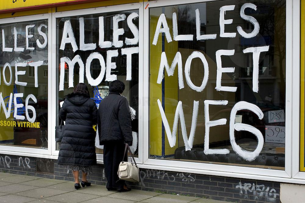Nederland Amsterdam 22 februari 2009 20090222 Foto: David Rozing ..Kredietcrisis, zware recessie, sluiting winkel, opheffingsverkoop, verkoopleuzen op de etalage ramen alles moet weg..Foto: David Rozing