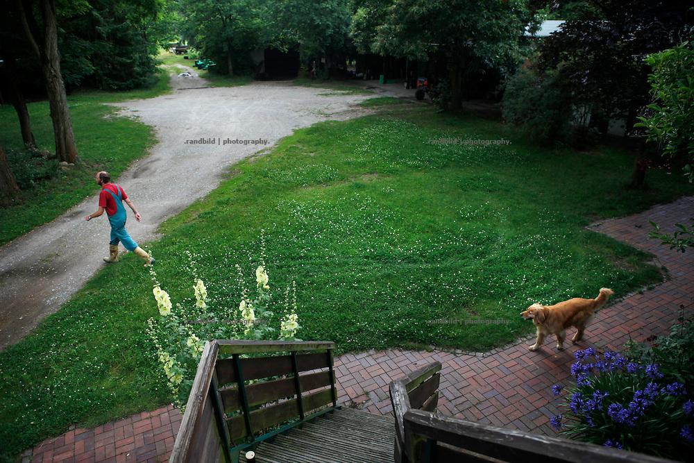 Kleiner Betrieb, großer Hof. Klaus Verbeck schreitet mit Hund über das Gelände des Gärtnerhof Bienenbüttel
