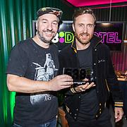 NLD/Amsterdam/20171019 - Prijsuitreiking en mini concert David Guetta, Dennis Ruyer geeft prijs aan David Guetta