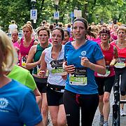 Nederland,Utrecht 30-06-2013  Duizenden vrouwen lopen zondag, onder een stralende zon, de Meidenloop door de binnenstad van Utrecht. Met de loop door Utrecht wordt geld opgehaald voor het Helen Dowling Instituut. Het instituut ondersteunt mensen met kanker en hun naasten.  FOTO: Gerard Til /Hollandse Hoogte
