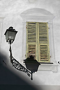 Laterne an Hauswand, Sanremo, Riviera, Ligurien, Italien | Lantern on house wall, Sanremo, Riviera, Liguria, Italy