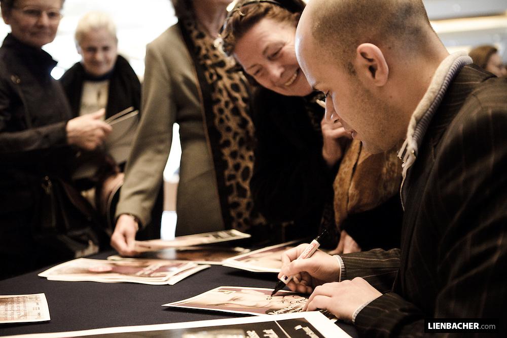 Salzburg, 7. 3. 2009, Haus für Mozart, Salzburg Kulisse: Bejun Mehta gibt Autogramme beim Teffpunkt Festspiele. Foto: Wolfgang Lienbacher
