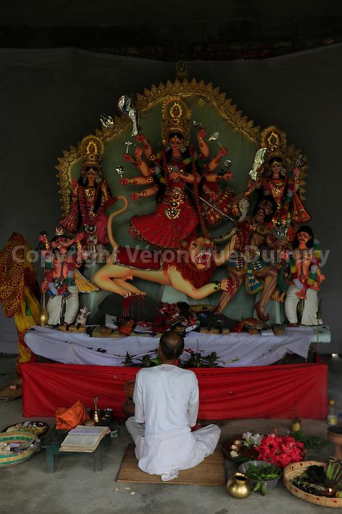 Puja in an hindusit temple, Rangpur, Bangladesh // Puja dan sun temple hindouiste, Rangpur, Bangladesh