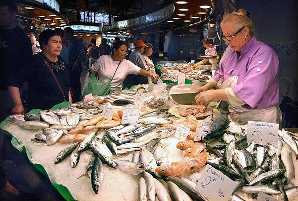 Spanje, Barcelona, 27-5-2007Overdekte markt, boqueria, Verse vis wordt ter plekke schoongemaakt. Ook tropische en speciale soorten. Foto: Flip Franssen/Hollandse Hoogte