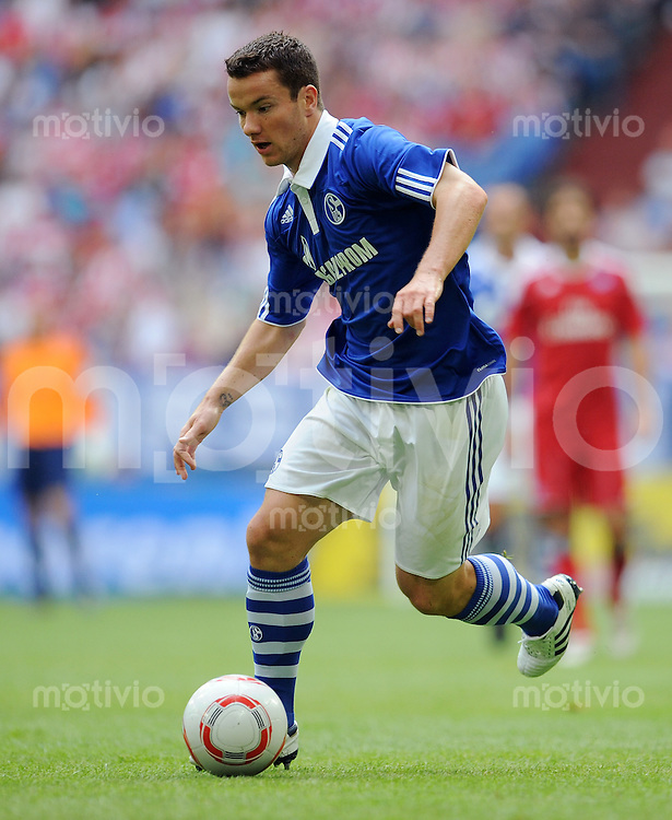 FUSSBALL   LIGA TOTAL CUP 2010   1. HALBFINALE FC Schalke 04 - Hamburger SV            31.07.2010 Alexander BAUMJOHANN (FC Schalke 04) Einzelaktion am Ball