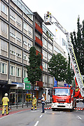 Mannheim. 30.06.17   Brand in der Innenstadt<br /> Innenstadt. N7. Brand in einer Bar.<br /> Zu einem größeren Rückstau von Lieferfahrzeugen in der Kunststraße führt derzeit ein Brand in der Mannheimer Innenstadt. Wegen der Löscharbeiten ist die Kunststraße derzeit noch gesperrt. Die Feuerwehr war am Morgen zu einer Verpuffung in einem Gastronomiebetrieb gerufen worden. Tatsächlich brannte es in der Küche. Das Feuer führte zu einer starken Rauchentwicklung. Zeitweise waren zwei Löschzüge der Berufsfeuerwehr und die Freiwillige Feuerweh Innenstadt im Einsatz. Derzeit werden die Schläuche eingerollt, die Einsatzstelle wohl in kurzer Zeit freigegeben. Bei dem Brand zogen sich drei Personen Rauchgasvergiftungen zu. Sie kamen zur Behandlung ins Krankenhaus.<br /> <br /> <br /> BILD- ID 0407  <br /> Bild: Markus Prosswitz 30JUN17 / masterpress (Bild ist honorarpflichtig - No Model Release!)