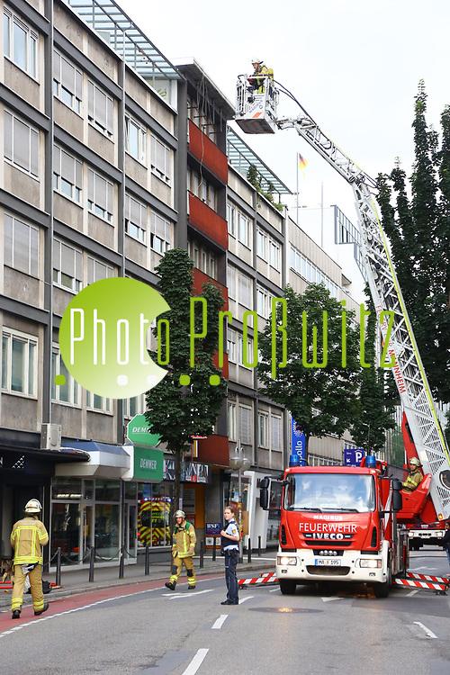 Mannheim. 30.06.17 | Brand in der Innenstadt<br /> Innenstadt. N7. Brand in einer Bar.<br /> Zu einem gr&ouml;&szlig;eren R&uuml;ckstau von Lieferfahrzeugen in der Kunststra&szlig;e f&uuml;hrt derzeit ein Brand in der Mannheimer Innenstadt. Wegen der L&ouml;scharbeiten ist die Kunststra&szlig;e derzeit noch gesperrt. Die Feuerwehr war am Morgen zu einer Verpuffung in einem Gastronomiebetrieb gerufen worden. Tats&auml;chlich brannte es in der K&uuml;che. Das Feuer f&uuml;hrte zu einer starken Rauchentwicklung. Zeitweise waren zwei L&ouml;schz&uuml;ge der Berufsfeuerwehr und die Freiwillige Feuerweh Innenstadt im Einsatz. Derzeit werden die Schl&auml;uche eingerollt, die Einsatzstelle wohl in kurzer Zeit freigegeben. Bei dem Brand zogen sich drei Personen Rauchgasvergiftungen zu. Sie kamen zur Behandlung ins Krankenhaus.<br /> <br /> <br /> BILD- ID 0407 |<br /> Bild: Markus Prosswitz 30JUN17 / masterpress (Bild ist honorarpflichtig - No Model Release!)