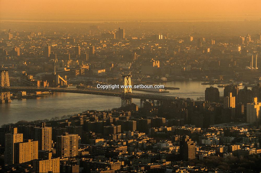 New York. elevated view. Williamsburg bridge . Panoramic view on south Manhattan skyline, New York, Manhattan - United states   /  panorama sur les buildings du sud de Manhattan  Manhattan, New York - Etats unis