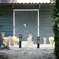 Nederland, Marken , 23 juni 2010..Marken (plaatselijk: Mereke) is een voormalig eiland in de Zuiderzee, tegenwoordig Markermeer dat sinds 1957 via een dijk met het vasteland verbonden is. Het behoort tot de gemeente Waterland in de provincie Noord-Holland..Marken vormt in wezen één leef- en woonplaats, maar is opgedeeld in diverse buurtschappen. Oorspronkelijk lagen die ook echt los van elkaar. Tegenwoordig liggen sommige buurten aan elkaar, zoals Havenbuurt, Kerkbuurt en Kets..Op de foto de begraafplaats van Marken met de typische paaltjes met nummers i.p.v. grafstenen..Marken is a former island in the Zuiderzee, now Markermeer  and connected through a dike to the mainland since 1957. The natives are still in costume, and that attracts tourists as are the green wooden houses..A graveyard in Marken with the characteristic numbers instead of tombstones