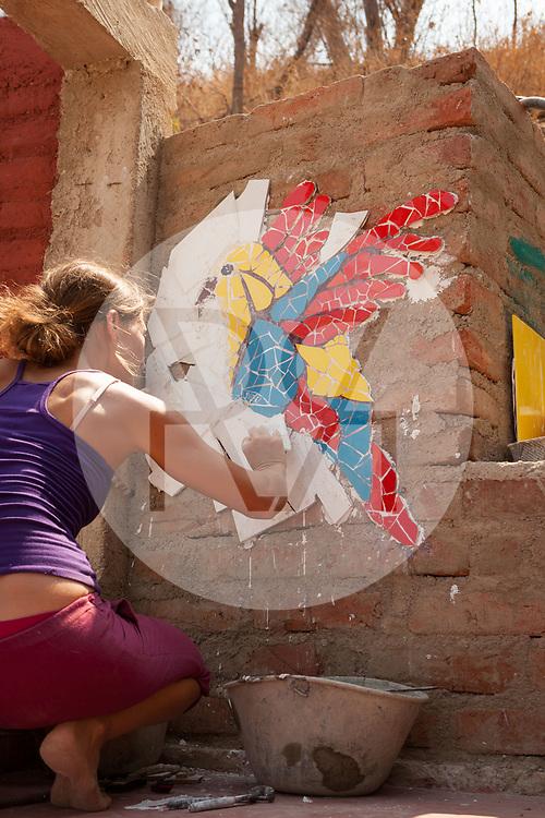 KOLUMBIEN - TAGANGA - Frau macht ein Mosaik eines Vogels auf der Baustelle von Hostel Casa Horizonte - 1. April 2014 © Raphael Hünerfauth - http://huenerfauth.ch