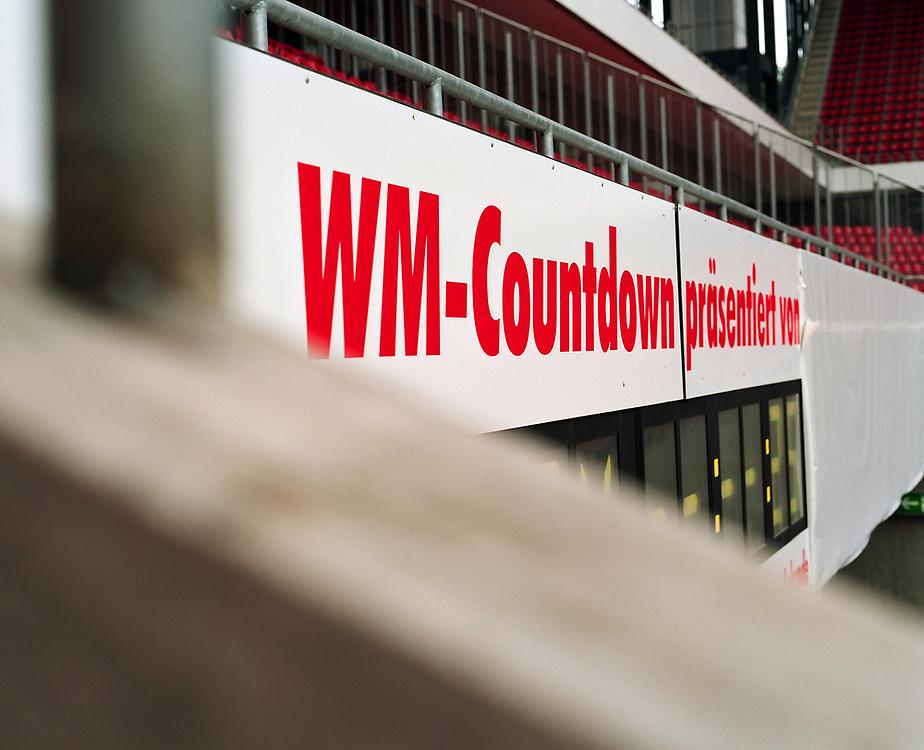 Deutschland - Fussballweltmeisterschaft 2006<br />WM Rasen - die Spur der Halme: woher kommt der<br />Rasen und wie kommt er in die Stadien ?<br />HIER: Rhein-Energie-Stadion K&ouml;ln, Testverlegung f&uuml;r<br />den FIFA-ConFed-Cup; Anzeigetafel WM Countdown...<br />02.06.2005<br />&copy;  jungeblodt.com