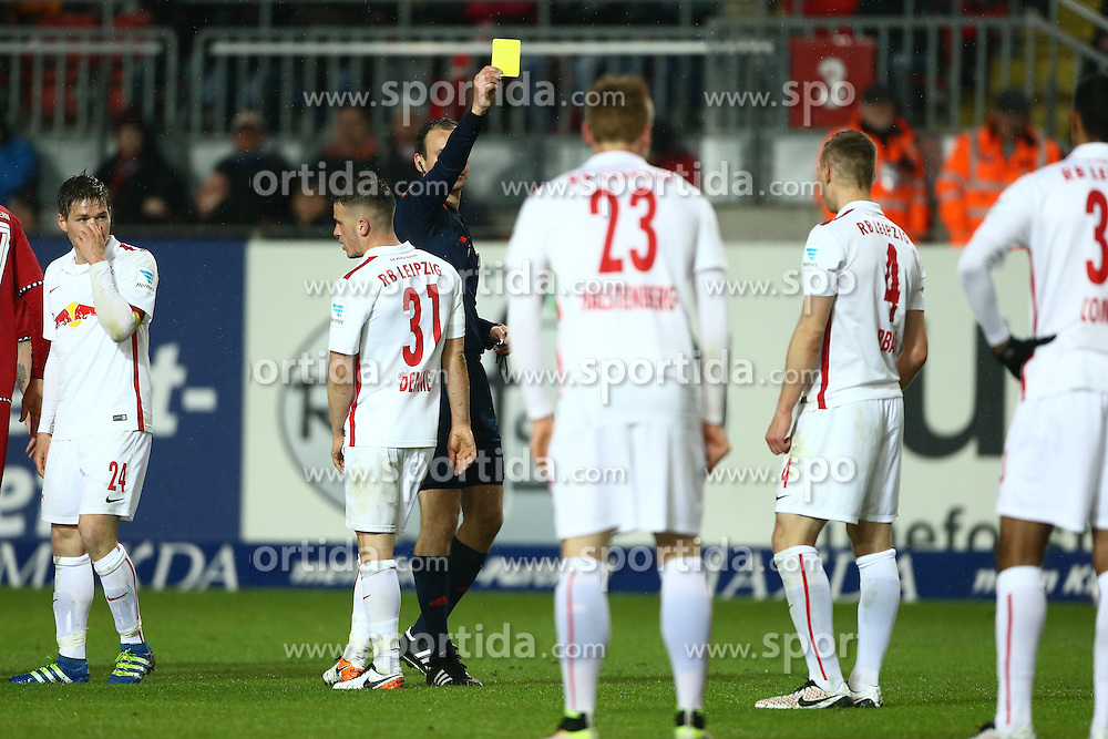 25.04.2016, Fritz Walter Stadion, Kaiserslautern, GER, 2. FBL, 1. FC Kaiserslautern vs RB Leipzig, 31. Runde, im Bild Schiedsrichter Bastian Dankert (Rostock) zeigt Willi Orban (Red Bull Leipzig) die gelbe Karte // during the 2nd German Bundesliga 31th round match between 1. FC Kaiserslautern vs RB Leipzig at the Fritz Walter Stadion in Kaiserslautern, Germany on 2016/04/25. EXPA Pictures &copy; 2016, PhotoCredit: EXPA/ Eibner-Pressefoto/ Neis<br /> <br /> *****ATTENTION - OUT of GER*****