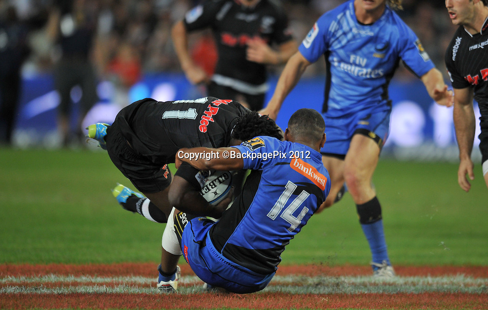 Lwazo Mvovo of the Sharks and Sam Wara of the Western Force<br /> <br /> &copy; Sabelo Mngoma/BackpagePix