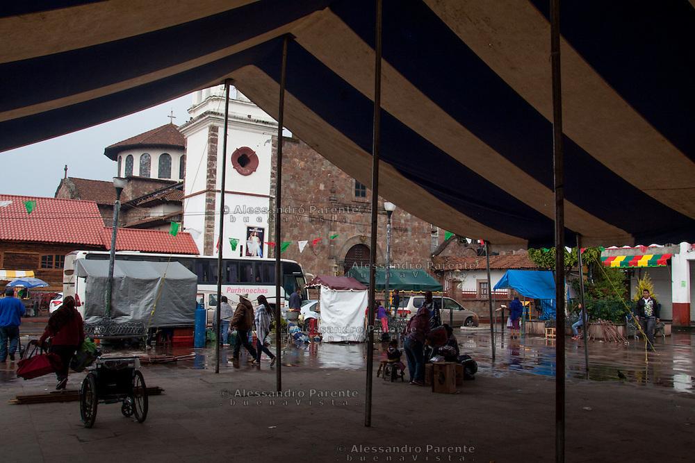La piazza del mercato di Cheran a fine giornata.