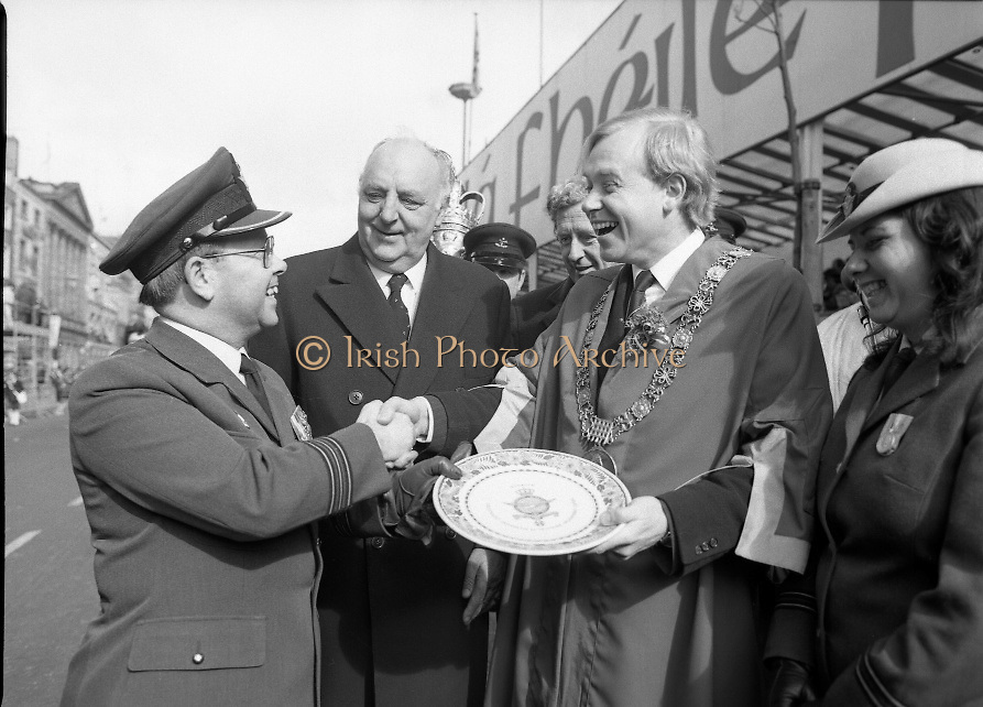 St Patrick's Day Parade.1982.17/03/1982.03.17.1982.17th March 1982..Photo of the  presentation plate to commorate the day as it is given to the lord Mayor, Ald Fitzgerald