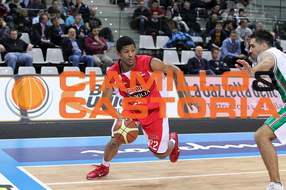 DESCRIZIONE : Torino Coppa Italia Final Eight 2011 Quarti di Finale Montepaschi Siena Scavolini Siviglia Pesaro<br /> GIOCATORE : Morris Almond<br /> SQUADRA : Scavolini Siviglia Pesaro<br /> EVENTO : Agos Ducato Basket Coppa Italia Final Eight 2011<br /> GARA : Montepaschi Siena Scavolini Siviglia Pesaro<br /> DATA : 10/02/2011<br /> CATEGORIA : Palleggio<br /> SPORT : Pallacanestro<br /> AUTORE : Agenzia Ciamillo-Castoria/G.Cottini<br /> Galleria : Final Eight Coppa Italia 2011<br /> Fotonotizia : Torino Coppa Italia Final Eight 2011 Quarti di Finale Montepaschi Siena Scavolini Siviglia Pesaro<br /> Predefinita :