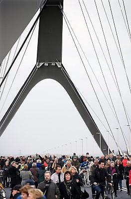 Nederland, Nijmegen, 24-11-2013Zaterdag is de nieuwe stadsbrug van de stad Nijmegen, de Oversteek, in gebruik genomen, geopend. Op de foto neemt het publiek de brug in bezit. Vanaf middernacht het autoverkeer over de brug rijden. Ongeveer 10.000 mensen liepen naar de andere kant en terug.  De brug is vernoemd naar de heldhaftige oversteek van de rivier de Waal die Amerikaanse soldaten op dit punt maakten tijdens de operatie Market Garden in de tweede wereldoorlog om met succes de oude Waalbrug te veroveren. De overspanning is een belangrijke schakel in de ontlasting van de stad van het doorgaande verkeerDe Oversteek is een boogbrug van 285 meter lang en 60 meter hoog en is de op een na langste hoofd overspanning van Nederland, en de grootste boogbrug van Europa met een enkelvoudige boog.De brug wordt 23 november in gebruik genomen.De nieuwe oeververbinding moet zorgen voor een betere spreiding en doorstroming van verkeer binnen de stad Nijmegen. Na 75 jaar is er eindelijk een tweede vaste verbinding voor de stad. De oude waalbrug krijgt vanaf eind dit jaar groot onderhoud, waarna de volle capaciteit van beide bruggen pas gebruikt kan worden. De skyline van de stad is veranderd.De brug is een ontwerp van de Belgische architecten Ney en Paulissen. Foto: Flip Franssen/Hollandse Hoogte