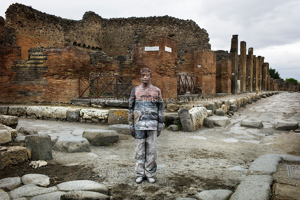 Pompei, Italia - 23 aprile 2012. L'artista cinese Liu Bolin durante una performance all'interno degli scavi archeologici di Pompei..Ph. Roberto Salomone Ag. Controluce.ITALY - Chinese artist Liu Bolin during a performance inside Pompeii archeological site on April 23, 2012.