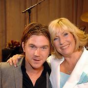 NLD/Rotterdam/20060923 - Premiere Willeke Alberti tour `Goud `, Willeke met zoon Johnny de Mol