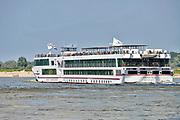Nederland, Nijmegen, 16-7-2017Passagiersboot van een rijncruise vaart opde Waal, Rijn. Passagiers op de Viking Sun op het dek. Foto: Flip Franssen