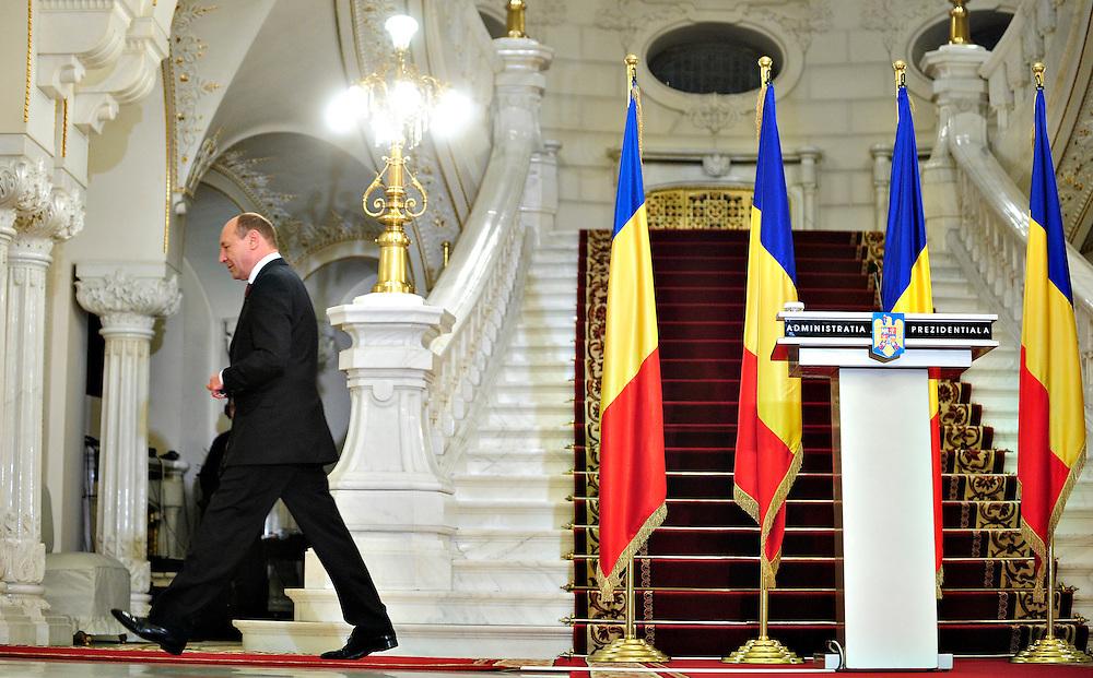 Presedintele Romaniei, Traian Basescu, pleaca dupa ce a facut declaratii de presa dupa consultarile cu PSD, PC si PNL, la Palatul Cotroceni din Bucuresti, marti, 16 martie 2010. Traian Basescu a reclamat, marti, la consultari, faptul ca PSD si-a argumentat una din ideile de revizuire a Constitutiei invocand un articol din Tratatul de la Lisabona care de fapt nu exista, el ironizandu-i pe reprezentantii acestei formatiuni din aceasta cauza. BOGDAN MARAN / MEDIAFAX FOTO