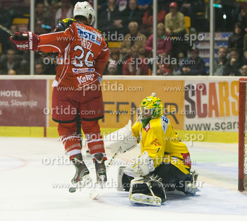 27.10.2013, Stadthalle, Klagenfurt, AUT, EBEL, EC KAC vs Vienna Capitals, 29. Runde, im Bild Andreas Nödl (KAC, #22), Matt Zaba (UPC Vienna Capitals, #1) // during the Erste Bank Icehockey League 29th Round match betweeen EC KAC and Vienna Capitals at the City Hall, Klagenfurt, Austria on 2013/10/27. EXPA Pictures © 2013, PhotoCredit: EXPA/ Gert Steinthaler