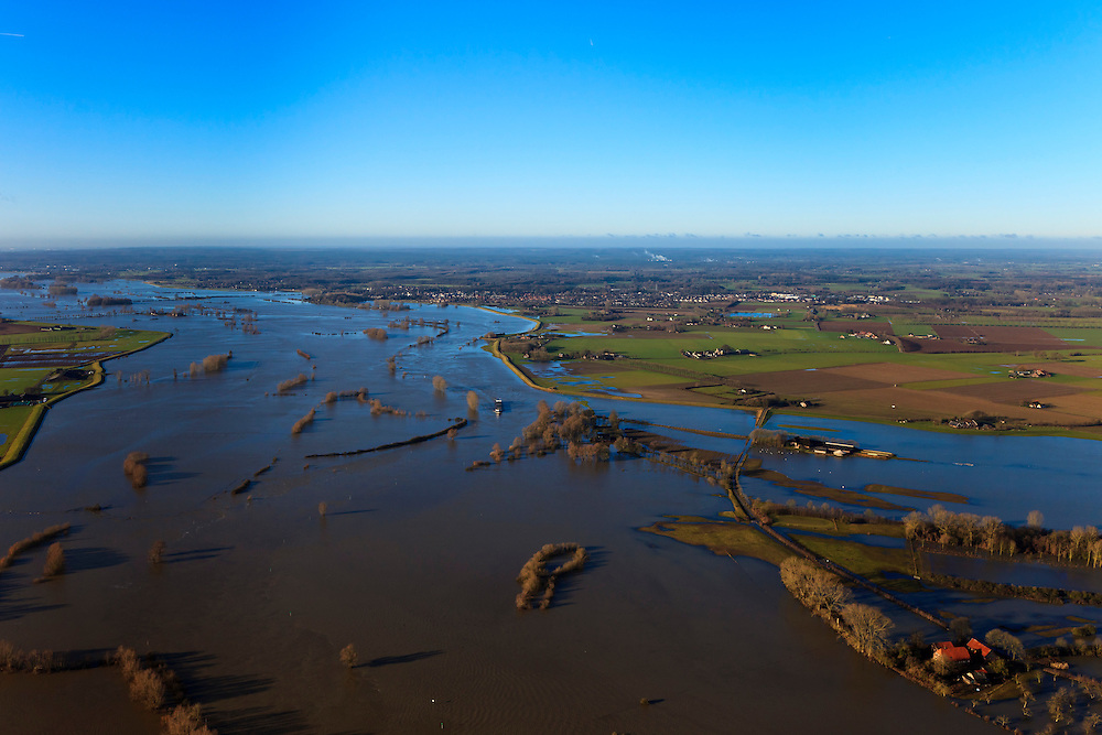 Nederland, Gelderland, Brummen, 20-01-2011; Cortenoever, IJssel bij hoogwater. De uiterwaarden zijn overstroomd, de Weg naar het Ganzenei  (lokale weg) is onder water komen te staan. De buitendijkse boerderijen zijn moeilijk bereikbaar..The high water of the river IJssel.  The land outside the dikes, flood plains and  the road to the Ganzenei are flooded. The outer dike farms are difficult to reach..luchtfoto (toeslag), aerial photo (additional fee required).copyright foto/photo Siebe Swart