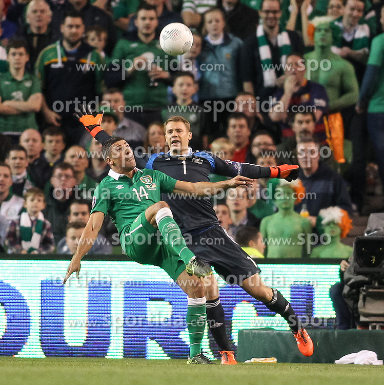 08.10.2015, Avia Stadium, Dublin, IRL, UEFA Euro Qualifikation, Irland vs Deutschland, Gruppe D, im Bild Torwart Manuel Neuer (FC Bayern Muenchen #1) gegen Jon Walters (Irland #14) // during the UEFA EURO 2016 qualifier group D match between Ireland and Germany at the Avia Stadium in Dublin, Ireland on 2015/10/08. EXPA Pictures &copy; 2015, PhotoCredit: EXPA/ Eibner-Pressefoto/ Risto Bozovic<br /> <br /> *****ATTENTION - OUT of GER*****