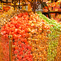 Caramelos y chupeta en una fienda en Madrid. Candies and lollipops at a candy store in Madrid. Spain.