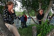 Vi er skysskara for ungdommer, og så venter vi på DDE, forteller søstrene Olaug t.v. og Randi Pettersen fra  Frosta og Selbu. Foto: Bente Haarstad Sommerfestivalen i Selbu er en av Norges største musikkfestivaler. Sommerfestivalen is one of the biggest music festivals in Norway.