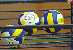 18-03-2006 VOLLEYBAL: PLAY OFF HALVE FINALE: PIET ZOOMERS D - HVA AMSTERDAM: APELDOORN<br /> Piet Zoomers wint de eerste van de vijf wedstrijden vrij eenvoudig met 3-0 / Mikasa ballen<br /> Copyrights2006-WWW.FOTOHOOGENDOORN.NL