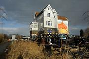 Het Pippi Langkoushuis zoals De Vechthoeve ook wel genoemd wordt, is klaar om per ponton vervoerd te worden. De villas krijgt een nieuwe locatie omdat de A1 wordt verbreed.