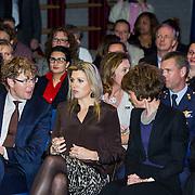 NLD/Almere/201400414 - Koninging Maxima bezoekt ouderavond basisschool de Archipel in Almere, links staatsecretaris Sander Dekker
