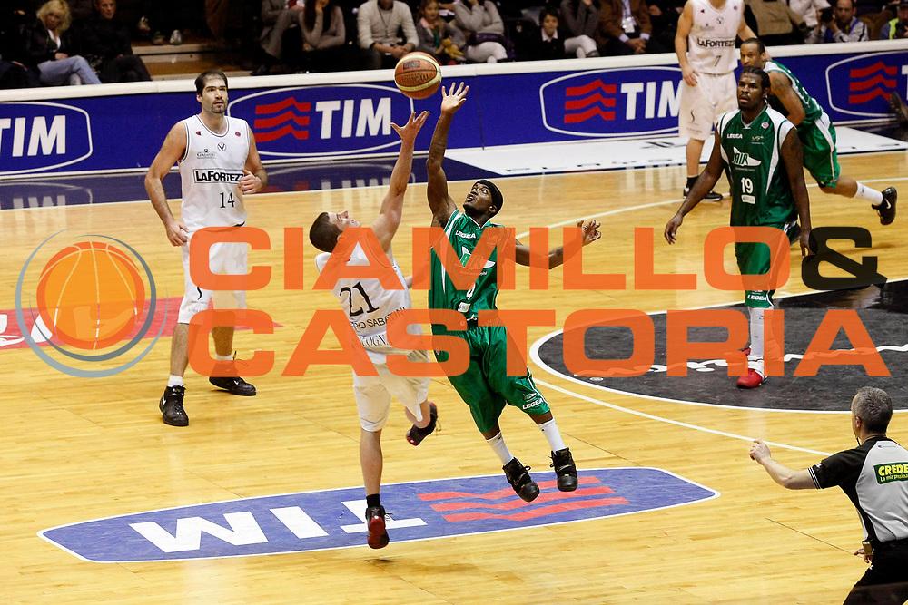 DESCRIZIONE : Bologna Final Eight 2008 Finale La Fortezza Virtus Bologna Air Avellino <br /> GIOCATORE : Marques Green Donnie Mc Grath<br /> SQUADRA : Air Avellino La Fortezza Virtus Bologna<br /> EVENTO : Tim Cup Basket For Life Coppa Italia Final Eight 2008 <br /> GARA : La Fortezza Virtus Bologna Air Avellino <br /> DATA : 10/02/2008 <br /> CATEGORIA : Rimbalzo<br /> SPORT : Pallacanestro <br /> AUTORE : Agenzia Ciamillo-Castoria/G.Cottini<br /> Galleria : Final Eight 2008 <br /> Fotonotizia : Bologna Final Eight 2008 Finale La Fortezza Virtus Bologna Air Avellino <br /> Predefinita :