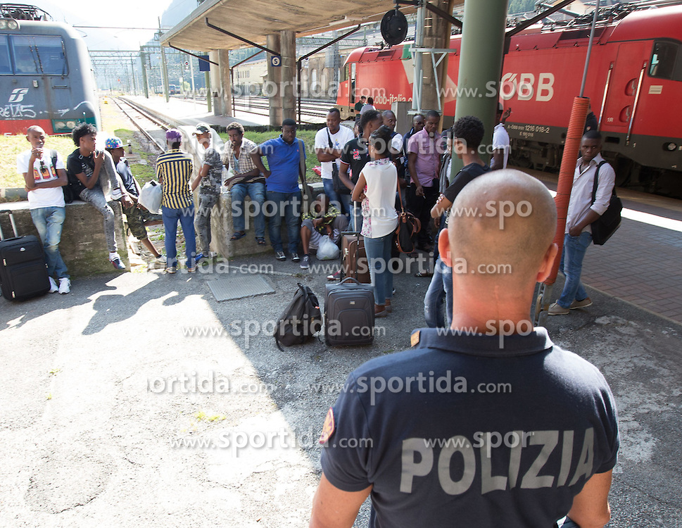THEMENBILD - An den Bahnhöfen in Südtirol stranden seit Monaten jede Woche Hunderte Flüchtlinge. Wer es über das Meer bis nach Italien geschafft hat, versucht, rasch weiter in Richtung Norden zu kommen, meist werden sie dabei von deutsch-österreichisch-italienischen Polizeistreifen aus den Zügen geholt. Am Bahnhof in Bozen und am Brenner werden sie von Helfern versorgt. Viele der Flüchtlinge wollen nach Deutschland und Skandinavien. Der Brenner ist nur ein Etappenziel. Hier im Bild Flüchtlinge unter Polizeibewachung am Bahnhof Brenner. Aufgenommen am 9. August 2015 am Bahnhof Brenner // Asylum seekers crowding the Brenner railway station on the border between Tyrol, Austria and South Tyrol, Italy, 09 August 2015. Each Week hundreds of asylum seekers reportedly are stopped by Austrian, German and Italian police. The Austrian government has been struggling to house masses of new arrivals, as some provincial leaders and many mayors have opposed hosting asylum seekers in their communities. More than 28,300 people applied for refugee protection in Austria in the first half of the year, with many coming from Syria, Afghanistan and Iraq. EXPA Pictures © 2015, PhotoCredit: EXPA/ Johann Groder